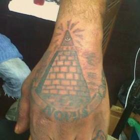 Тату на кисти парня - пирамида с глазом