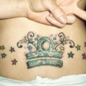 Тату на копчике девушки - знак зодиака весы и звездочки