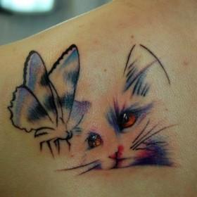 Тату на лопатке девушки - кошка и бабочка