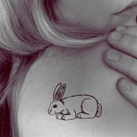 Тату на лопатке девушки - заяц