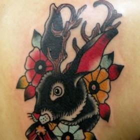Тату на лопатке девушки - заяц с рогами