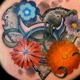 Тату на лопатке девушки - знак зодиака телец и цветы