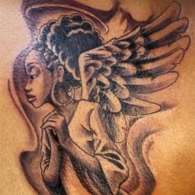Тату на лопатке у девушки - ангел