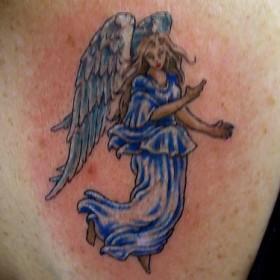 Тату на лопатке у девушки - ангел в виде девушки