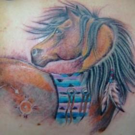 Тату на лопатке у девушки - лошадь