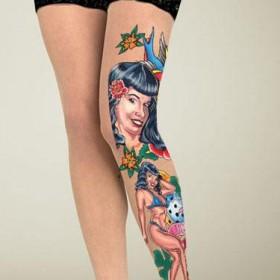 Тату на ногах девушки - чулки с изображением девушек