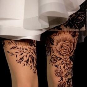Тату на ногах девушки - колготки с розами