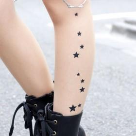 Тату на ногах девушки - колготки со звездами