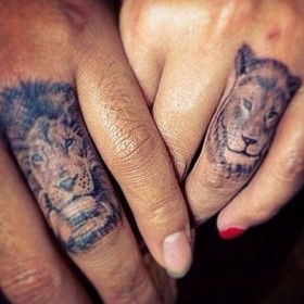 Тату на пальцах девушки - лев и львица