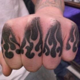 Тату на пальцах парня - огонь