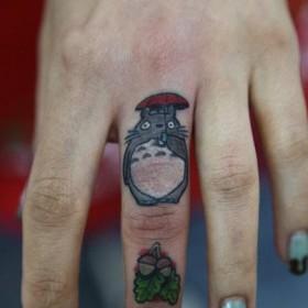 Тату на пальце девушки - мышь