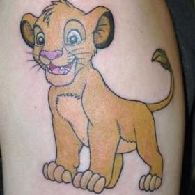 Тату на плече девушки - львенок
