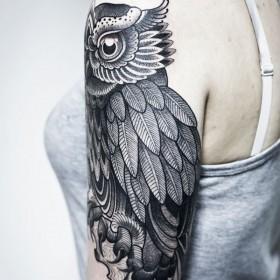 Тату на плече девушки - сова