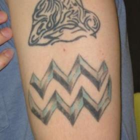 Тату на плече парня - знак зодиака водолей