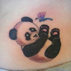 Тату на пояснице девушки - панда и стрекоза
