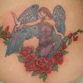 Тату на пояснице у девушки - ангел с голубем, бабочки и розы