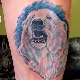 Тату на предплечье парня - белый медведь