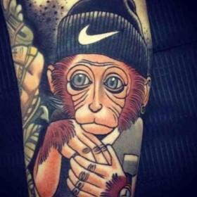 Тату на предплечье парня - обезьяна
