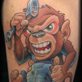 Тату на предплечье парня - обезьяна-ремонтник