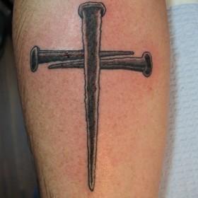 Тату на предплечье у парня в виде креста