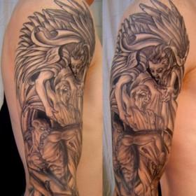 Тату на руке парня - ангел и демон