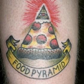Тату на руке парня - пирамида с глазом в виде пиццы и надпись