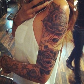 Тату на руке у девушки - розы