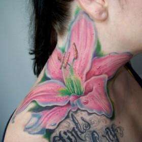 Тату на шее девушки - большая розовая лилия