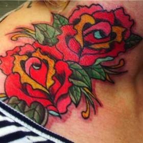 Тату на шее у девушки - две розы