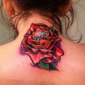 Тату на шее у девушки - роза и бриллиант
