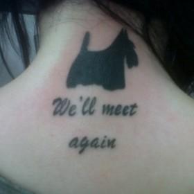 Тату на шее у девушки - собака и надпись