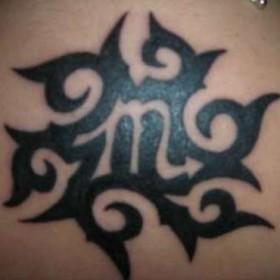Тату на спине девушки - знак зодиака скорпион
