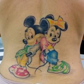 Тату на спине у девушки - мыши Микки и Минни Маус