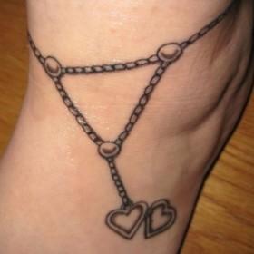 Тату на щиколотке девушки - браслет в виде цепочки с сердечком