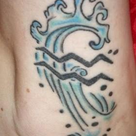 Тату на щиколотке девушки - знак зодиака водолей