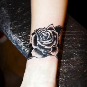 Татуировка роза на руке что значит