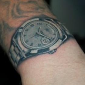 Тату на запястье парня - часы