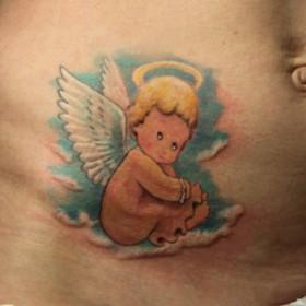 Тату на животе девушки - ангел в виде ребенка