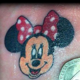 Тату на животе девушки - мышь Минни Маус
