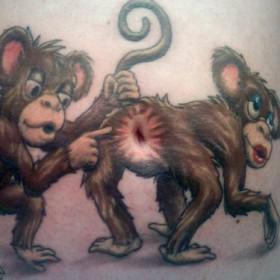 Тату на животе парня - обезьяны
