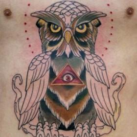 Тату на животе парня - пирамида с глазом и сова