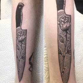 Тату ножа с розой на предплечье парня