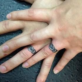 Тату обручальных колец на пальцах парня и девушки