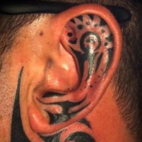 Тату - трайбл узоры на мужском ухе
