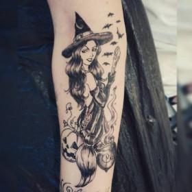 Тату ведьмы с метлой на предплечье девушки