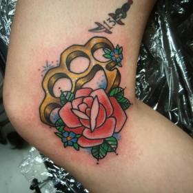 Татуха кастета с розой на колене девушки