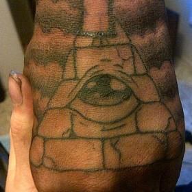 Татуха на кисти у парня - пирамида с глазом
