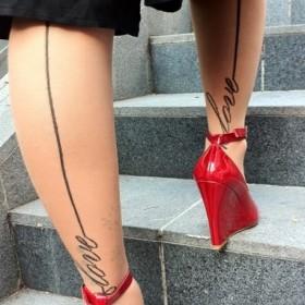 Татуха на ногах девушки - колготки с надписью