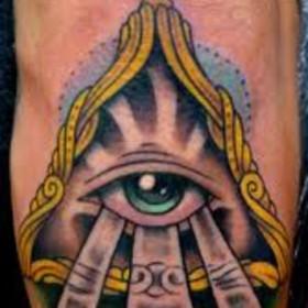 Татуха на руке парня - пирамида с глазом