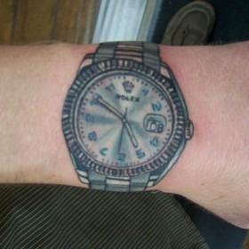 Татуха на запястье у парня - часы